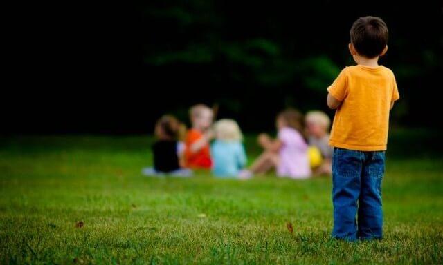 اعراض مرض التوحد عند الاطفال بعمر السنتين