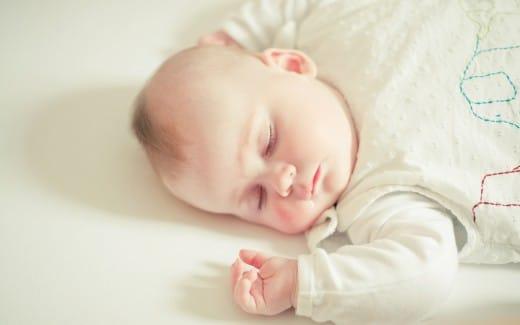 كيف اجعل طفلي ينام ساعات طويله