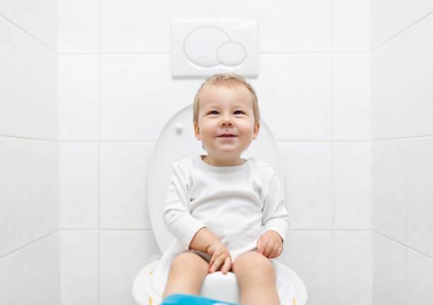 تعليم الطفل دخول الحمام في عمر السنتين